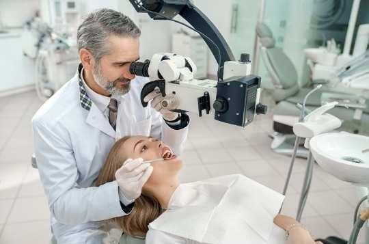 טיפול שיניים במיקרוסקופ